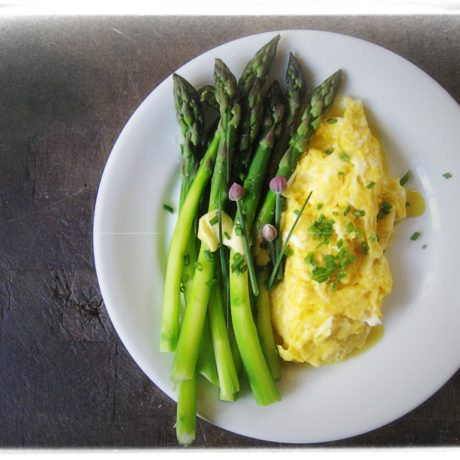 Scrambled eggs with bacon and asparagus